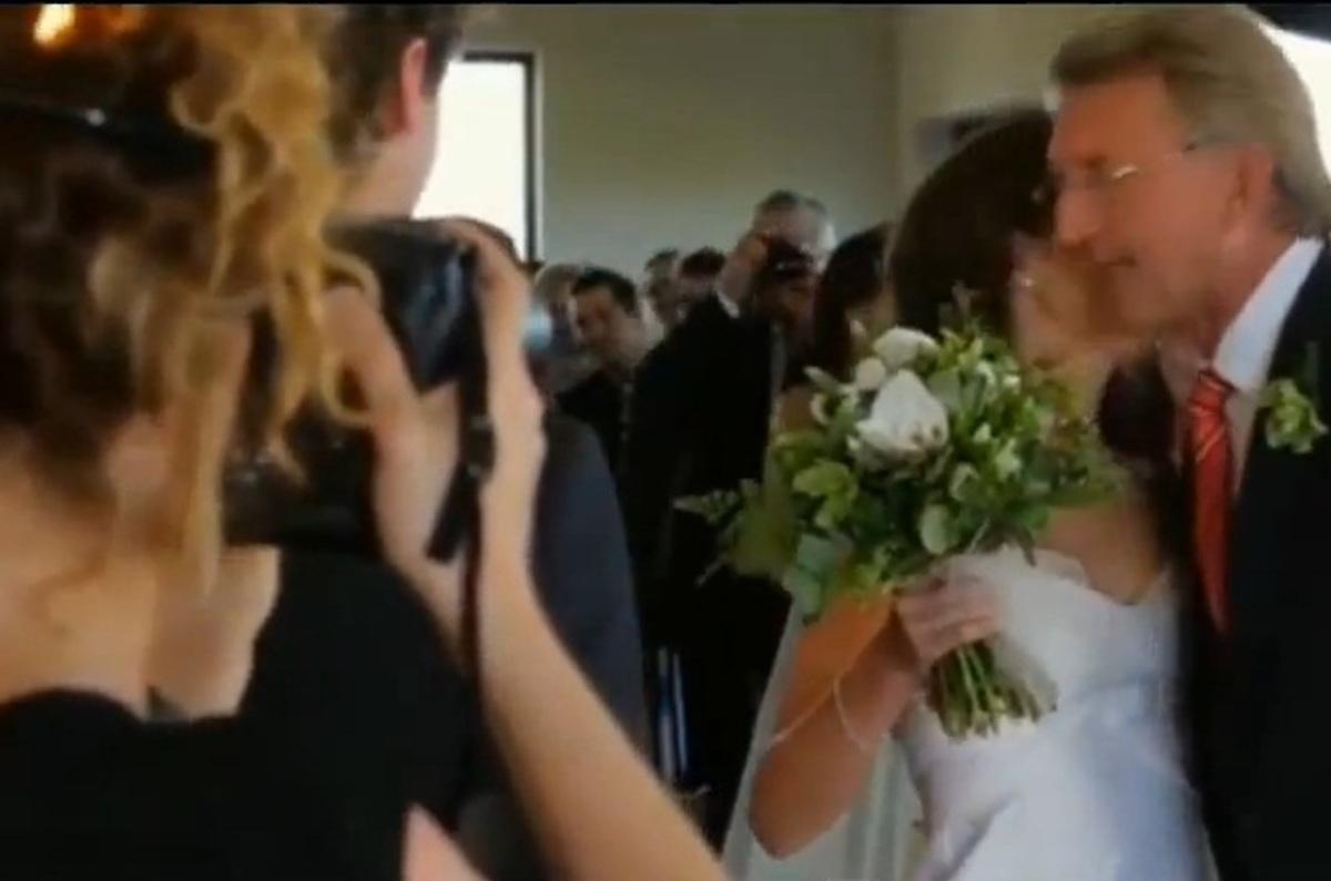 Λαμπάδιασε η φωτογράφος του γάμου! – ΒΙΝΤΕΟ | Newsit.gr