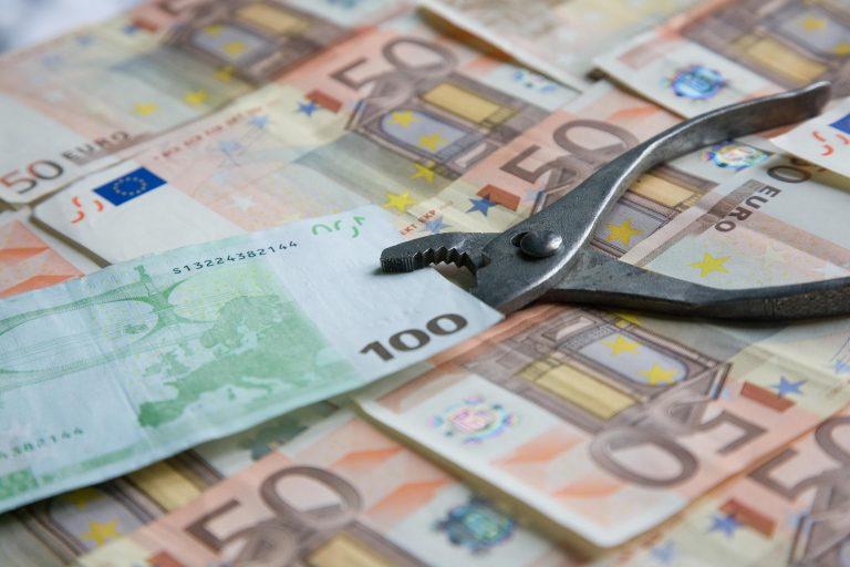 """""""Τρώει"""" έναν μισθό η αύξηση του επιτοκίου   Newsit.gr"""