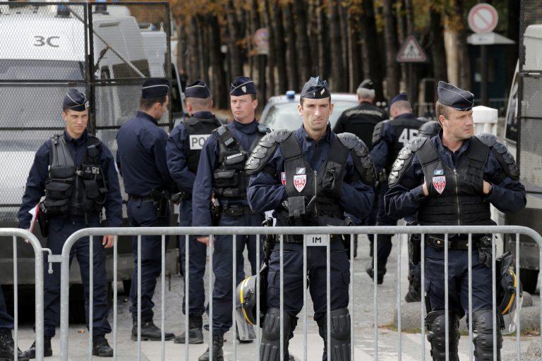 60 αστυνομικοί και 30 δημοσιογράφοι για … έναν διαδηλωτή για τις γελοιγραφίες του Μωάμεθ | Newsit.gr