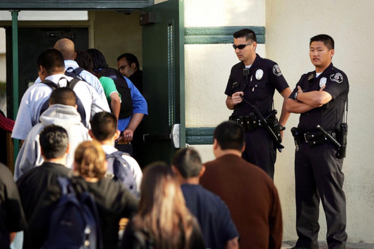 ΗΠΑ: Ένοπλοι φύλακες στα σχολεία, μετά το μακελειό στο Κονέκτικατ | Newsit.gr