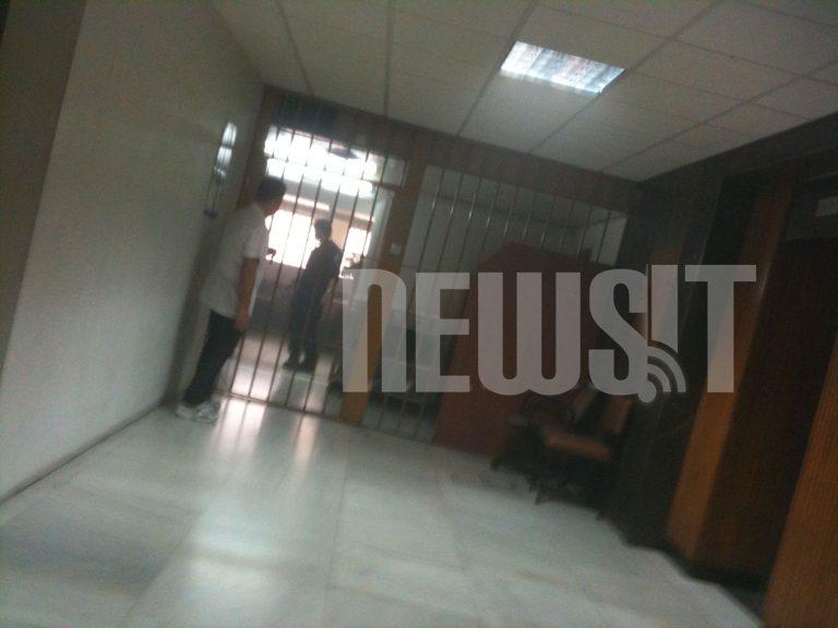 Έβαλε φωτιά γιατί είναι 6 μήνες στα κρατητήρια της ΓΑΔΑ | Newsit.gr