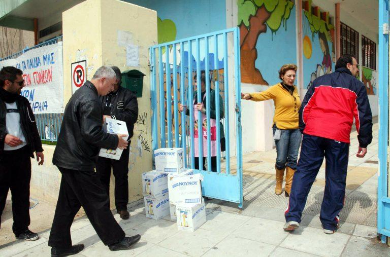 Μοίρασαν γάλα σε σχολεία του Πειραιά | Newsit.gr