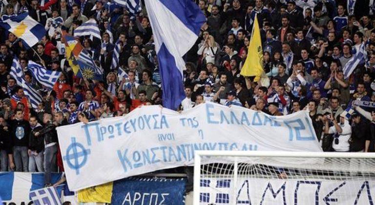 «Μπάλα» στα γήπεδα παίζει η Χρυσή Αυγή   Newsit.gr