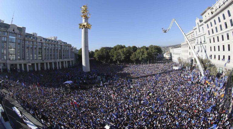 Γεωργία: Χιλιάδες άνθρωποι στους δρόμους 2 μέρες πριν τις βουλευτικές εκλογές | Newsit.gr