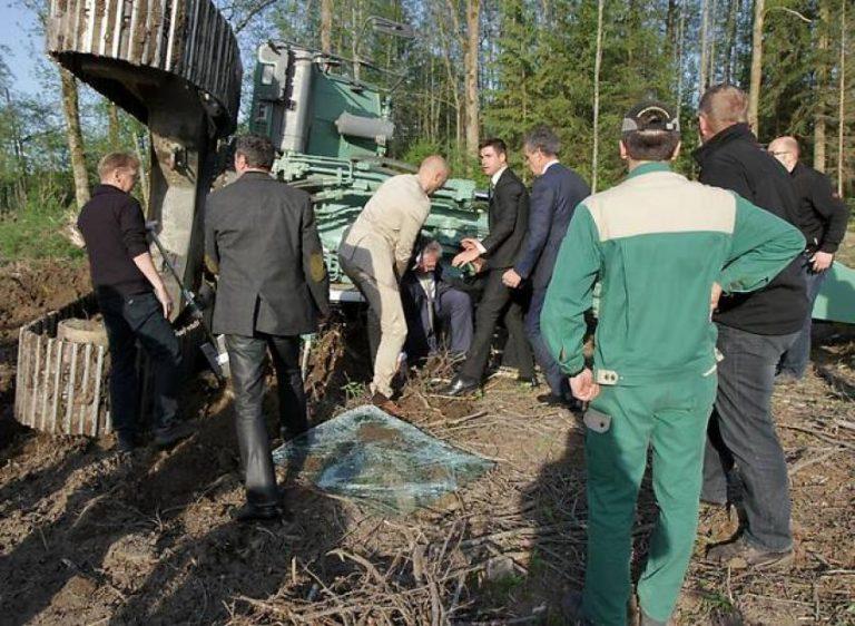 Ο υπ.Εσωτερικών πήγε να εγκαινιάσει αυτοκινητόδρομο και τον πλάκωσε εκσκαφέας! ΦΩΤΟ | Newsit.gr