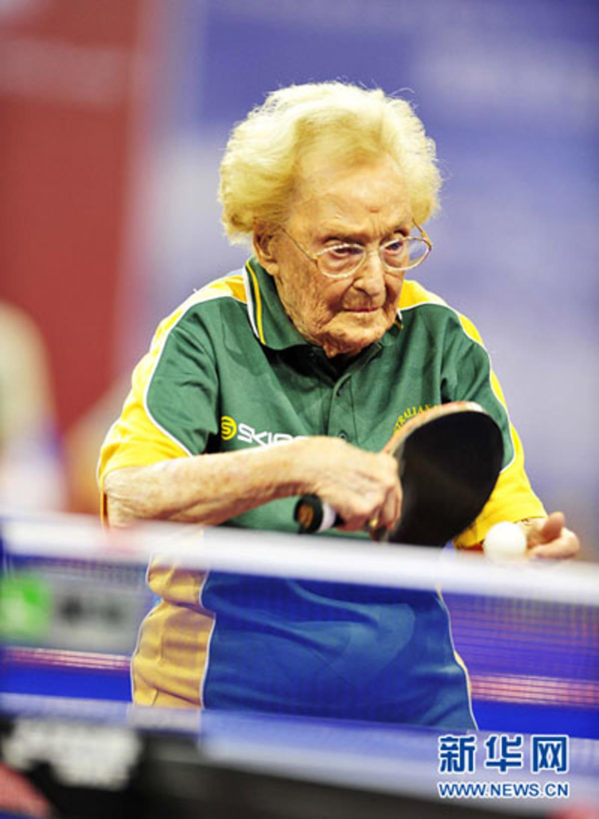 Παίζει πίνγκ-πονγκ στα 100 της χρόνια! | Newsit.gr