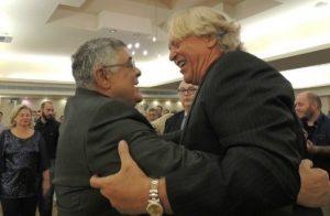 Αγκαλιά με Μιχαλολιάκο! Ο Γιατζόγλου σε εκδήλωση της Χρυσής Αυγής