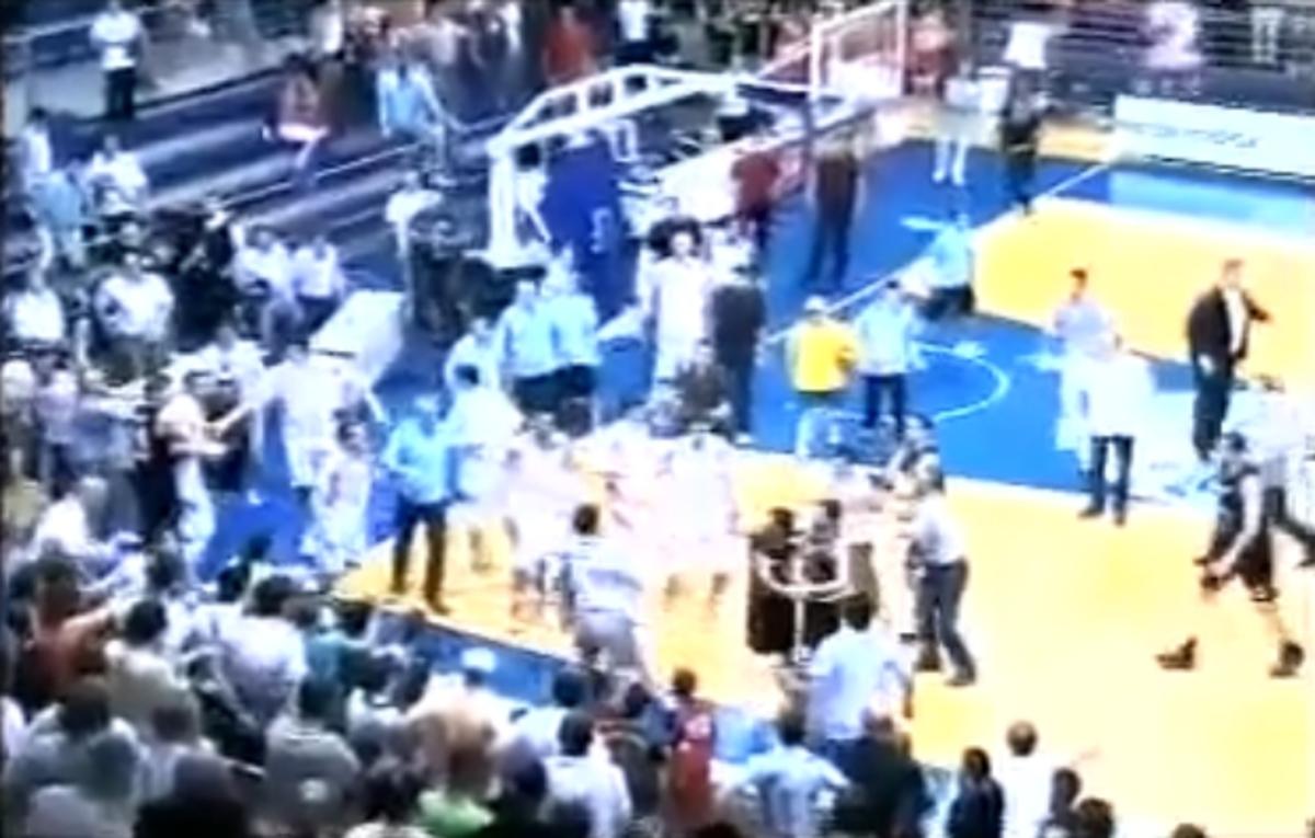 Απίστευτο ξύλο σε αγώνα μπάσκετ | Newsit.gr