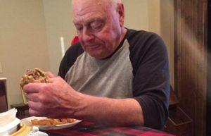 Ο πιο θλιμμένος παππούς – Η φωτογραφία που έκανε χιλιάδες να δακρύσουν