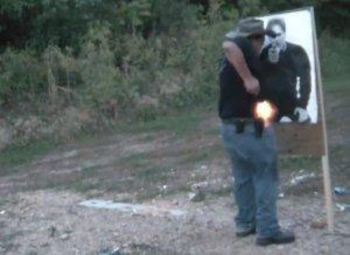 Ο παρουσιαστής πυροβόλησε κατά λάθος τον εαυτό του! (Βίντεο) | Newsit.gr