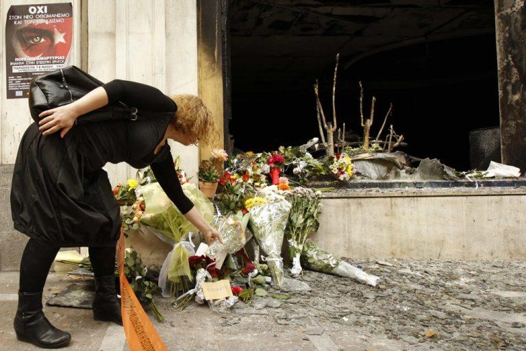 Λίγα λουλούδια στη μνήμη των θυμάτων   Newsit.gr