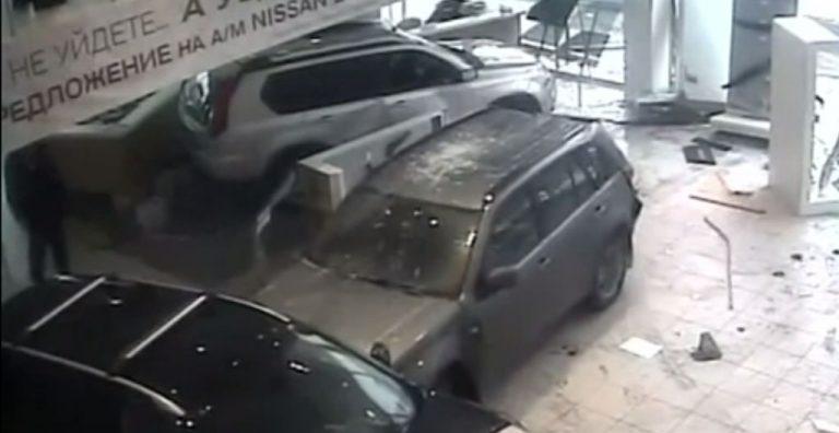 Γυναικολόγος μπούκαρε με το αμάξι του σε κατάστημα αυτοκινήτων – ΒΙΝΤΕΟ | Newsit.gr