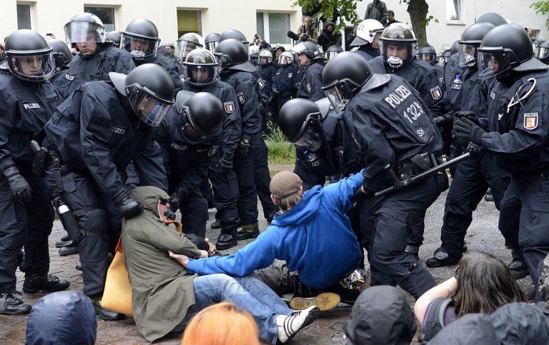 Νεοναζιστική και αντι-ναζιστική διαδήλωση διασταυρώθηκαν και… τα επεισόδια δεν άργησαν | Newsit.gr