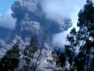 Πανικός στην Ινδονησία! Αγνοούνται 389 τουρίστες μετά την έκρηξη ηφαιστείου [pics, vids]