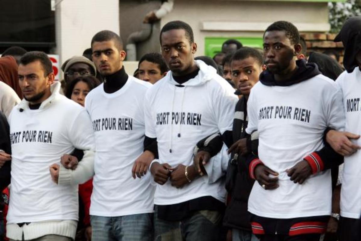 Γαλλία: Νομιμοποιούν υπό όρους τους λαθρομετανάστες | Newsit.gr