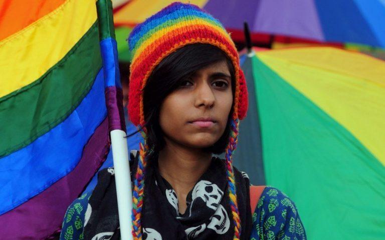 Είναι 14 χρονών, πάει Α΄ Γυμνασίου, ζει στα περίχωρα της Αθήνας, είναι γκέι και μας.