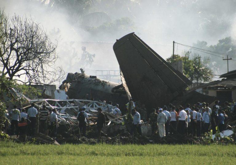 10 νεκροί από συντριβή στρατιωτικού αεροσκάφους σε σπίτια | Newsit.gr