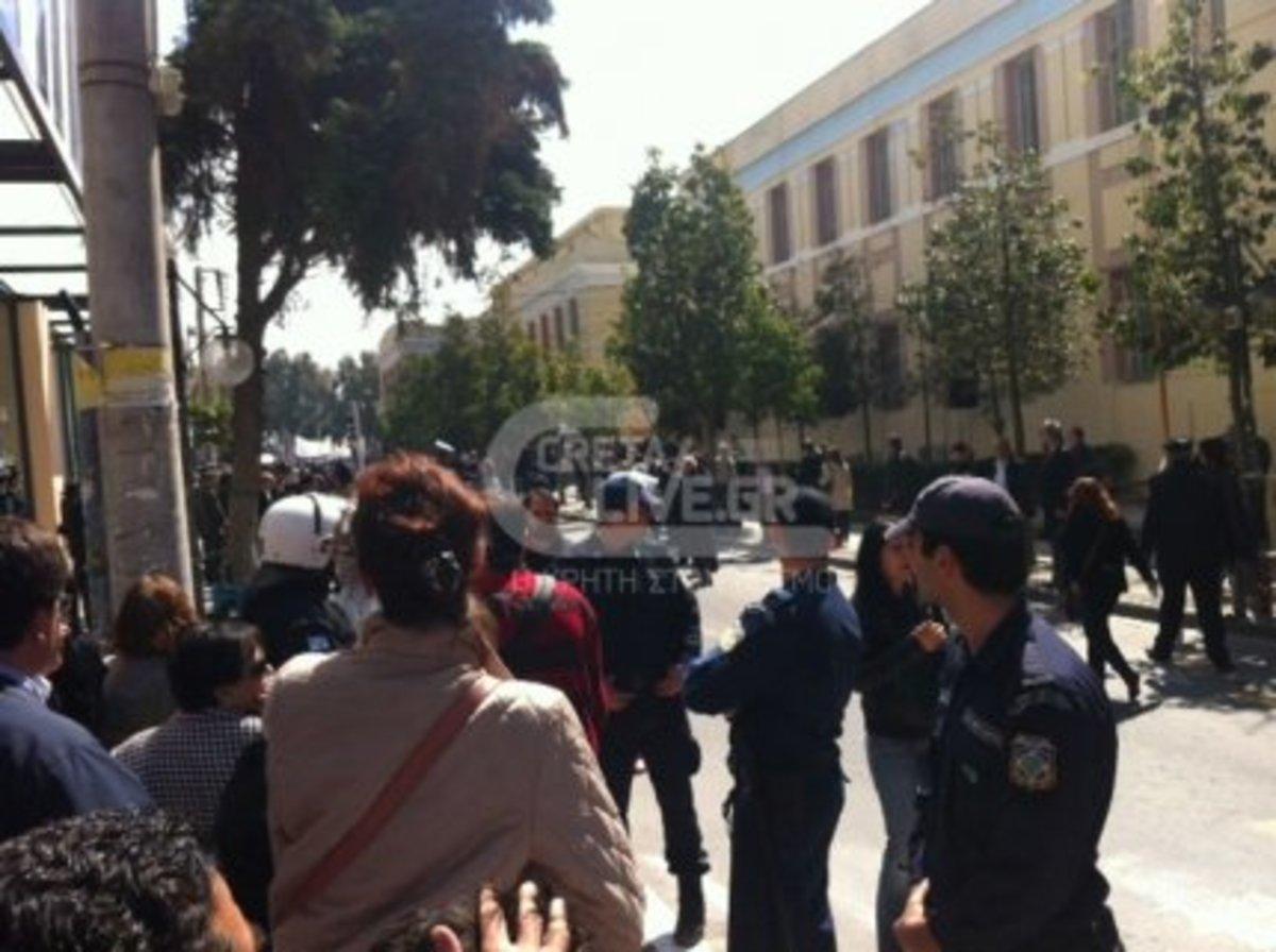 Επεισόδια και χημικά στο Ηράκλειο- Διακόπηκε πριν ξεκινήσει η παρέλαση | Newsit.gr