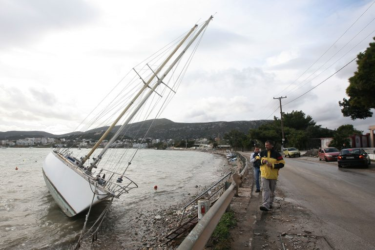 Βγήκαν … καράβια στη στεριά στο Πόρτο Ράφτη | Newsit.gr