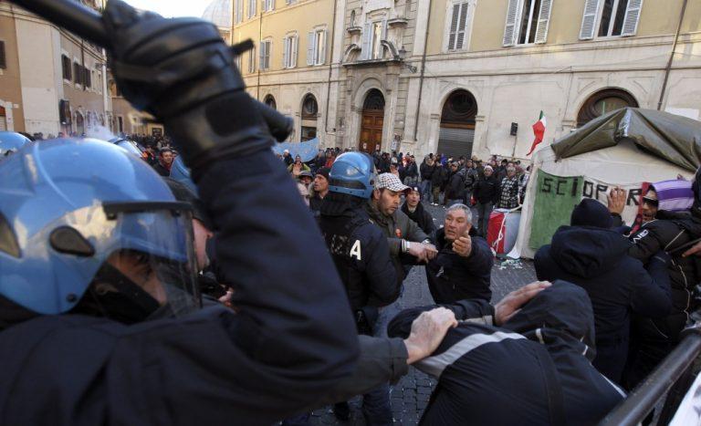Συμπλοκές ψαράδων και αστυνομικών έξω από την ιταλική βουλή – BINTEO   Newsit.gr