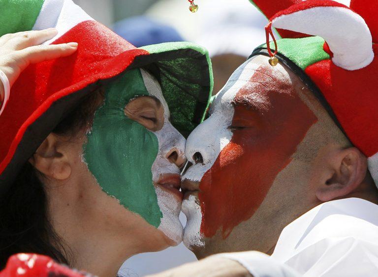 Λίγες ώρες πριν τον μεγάλο τελικό – Αγκαλίτσες, φιλάκια και διαδηλώσεις (ΦΩΤΟ) | Newsit.gr
