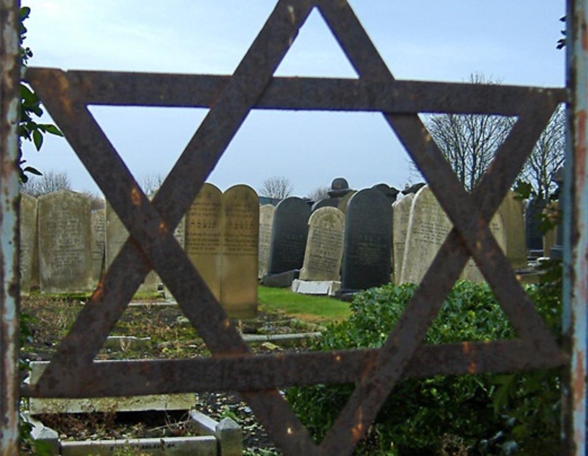 Στον εισαγγελέα νεαροί για τη βεβήλωση εβραϊκού νεκροταφείου   Newsit.gr