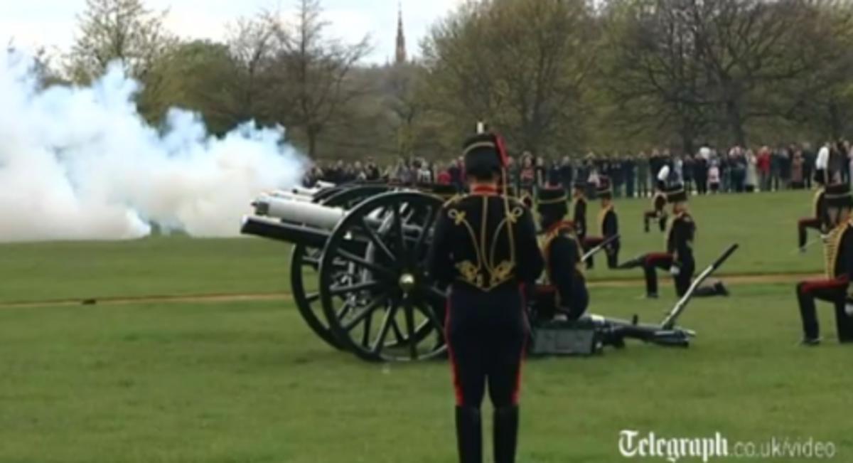 Τα κανόνια της Βασίλισσας που έγινε 86.Βίντεο | Newsit.gr