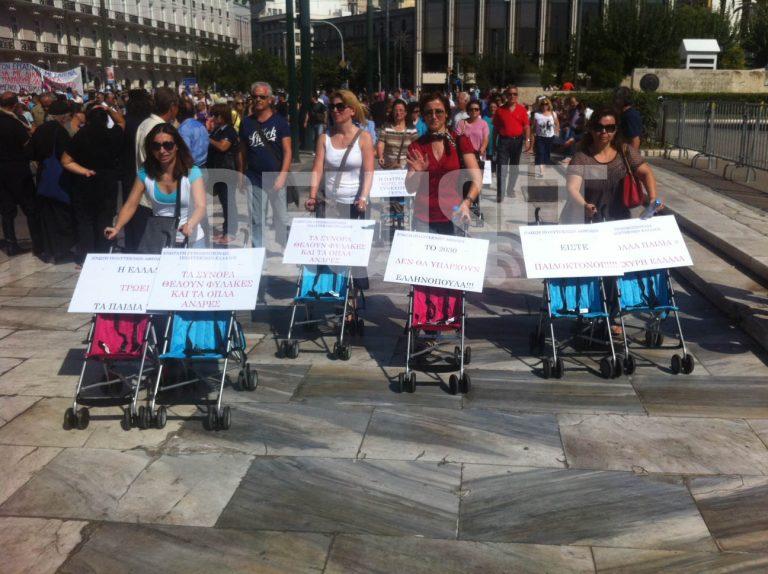 Είστε παιδοκτόνοι! Τα άδεια καροτσάκια έκλεψαν την παράσταση – ΦΩΤΟ | Newsit.gr