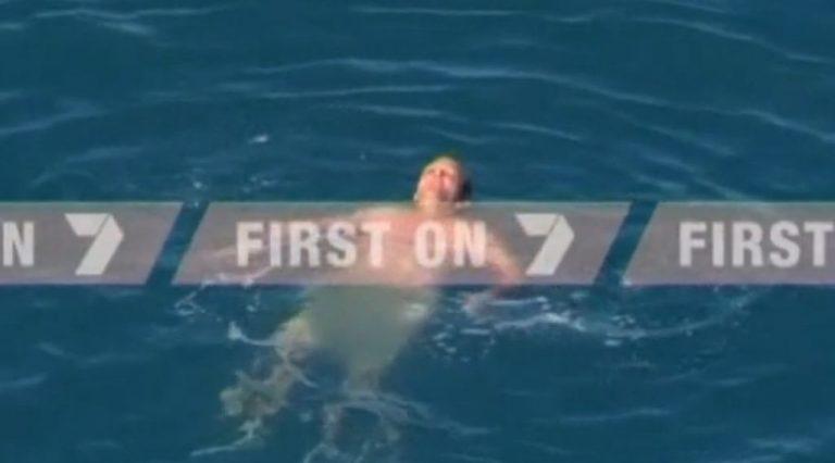 Γυμνός ψαράς περικυκλώθηκε από καρχαρίες – Βίντεο από την διάσωση του   Newsit.gr