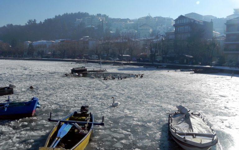Πάγωσε η λίμνη της Καστοριάς – Μαγικές ΦΩΤΟ και VIDEO   Newsit.gr