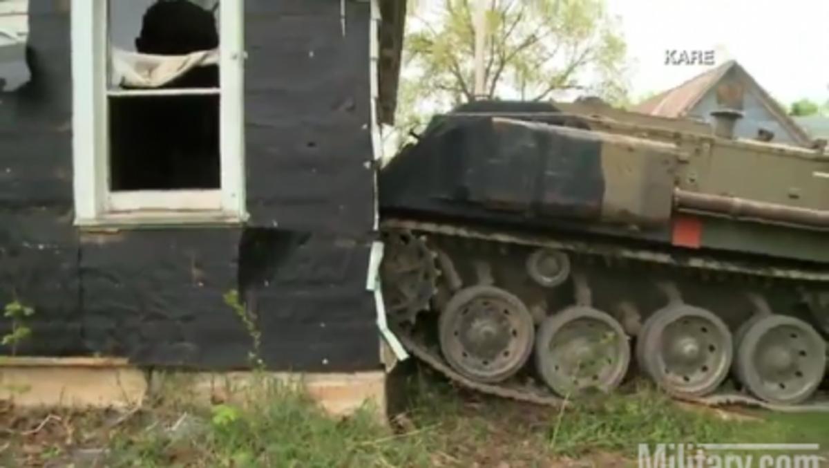 Κατεδαφίσεις σπιτιών με …τεθωρακισμένα! Δείτε το εκπληκτικό βίντεο   Newsit.gr