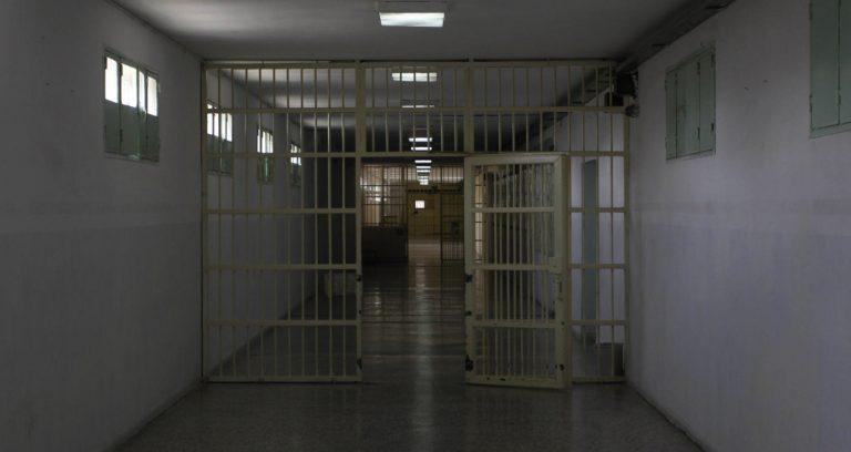 Κατεπείγουσα προκαταρκτική εξέταση για το χαβιάρι και το σολομό στις φυλακές   Newsit.gr