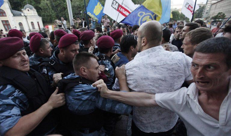 Συγκρούσεις στο Κίεβο διαδηλωτών και αστυνομίας – Παραιτήθηκε ο πρόεδρος της Βουλής   Newsit.gr