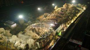 Απίστευτη εικόνα! Κατεδάφισαν 19 κτήρια με εκρηκτικά! [vid]