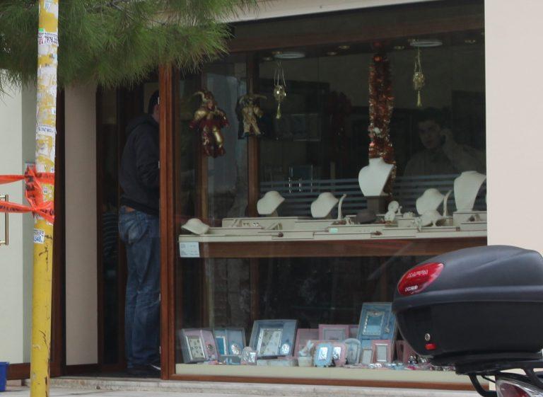Άδειασαν τη βιτρίνα του κοσμηματοπωλείου | Newsit.gr