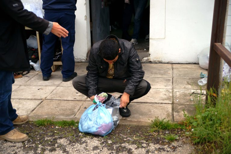 Σοκ με τις συνθήκες κράτησης στα κρατητήρια του αεροδρομίου! | Newsit.gr