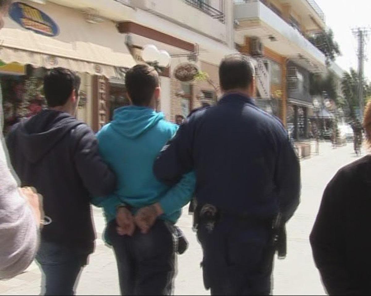 ΒΙΝΤΕΟ: Κρατούμενος το 'σκασε απ' τα δικαστήρια και κρύφτηκε σε σούπερ μάρκετ της Κορίνθου! | Newsit.gr