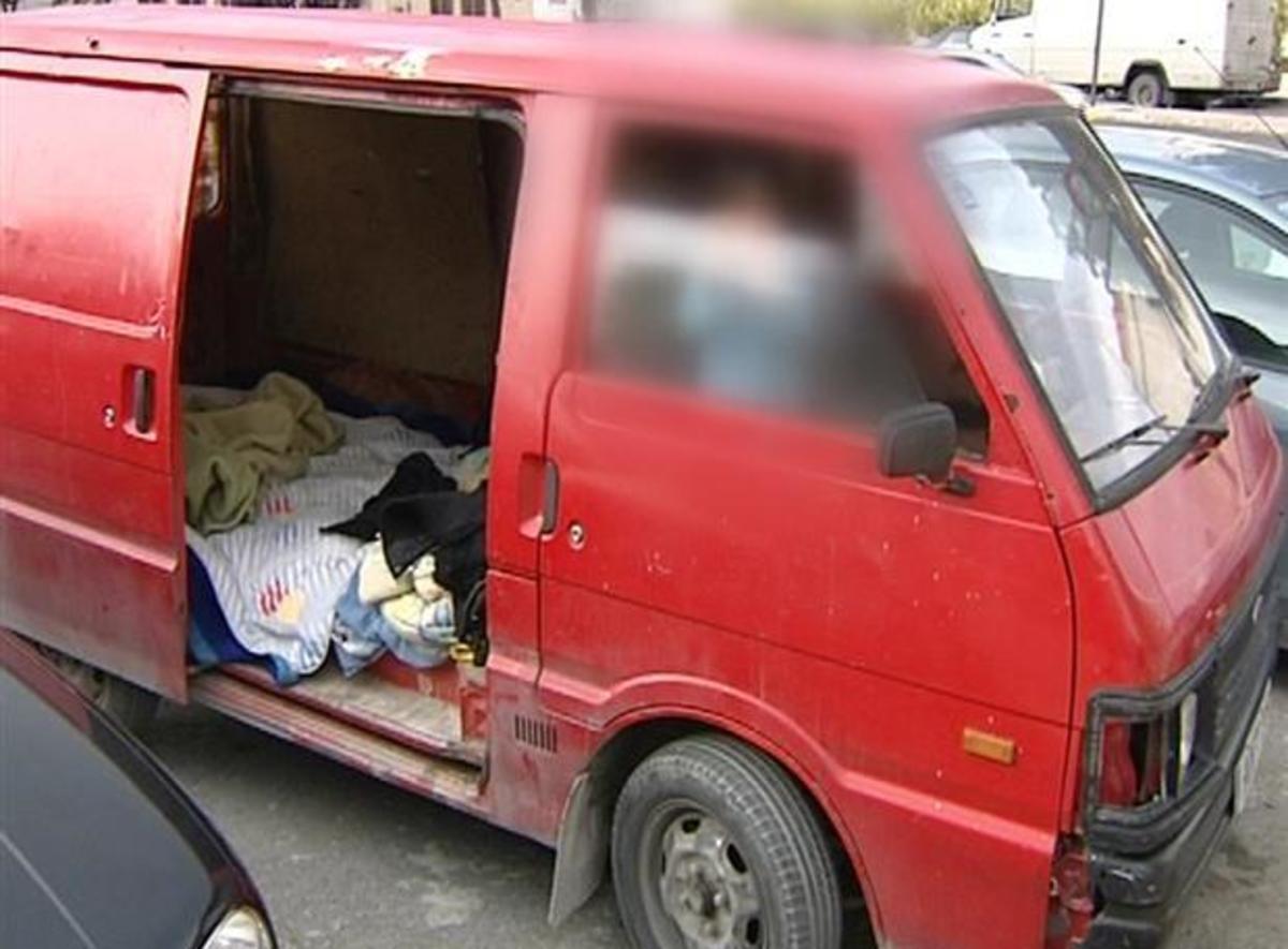 Κρήτη: Οικογένεια με ανήλικα παιδιά ζει… σε φορτηγάκι! | Newsit.gr