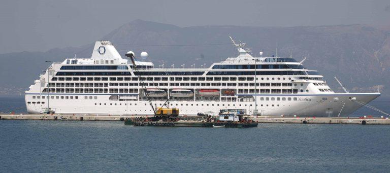 Νέο μπλόκο 5.000 τουριστών στον Πειραιά | Newsit.gr