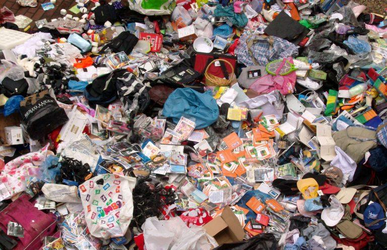 Πάνω από 150 χιλιάδες λαθραία αντικείμενα καταστράφηκαν στον Πειραιά – ΦΩΤΟ   Newsit.gr
