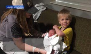 Γέννησε το τρίτο της παιδί και κατάφερε το απίθανο! [vid]