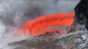 Απίστευτη εικόνα! Λάβα στη θάλασσα [vid]