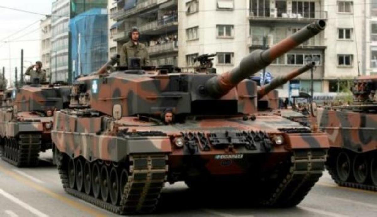 Νεοσύλλεκτοι στα Τεθωρακισμένα χειροκρότησαν την εισβολή του τανκ στο Πολυτεχνείο!   Newsit.gr