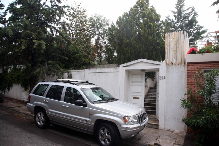 Οκτώ ένοπλοι εισέβαλαν στη βίλα γνωστού γιατρού στη Βαρυμπόμπη | Newsit.gr