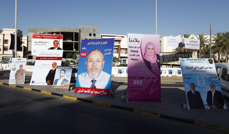 Λιβύη: «Μπούκαραν» με όπλα κι έκαψαν εκλογικό υλικό | Newsit.gr