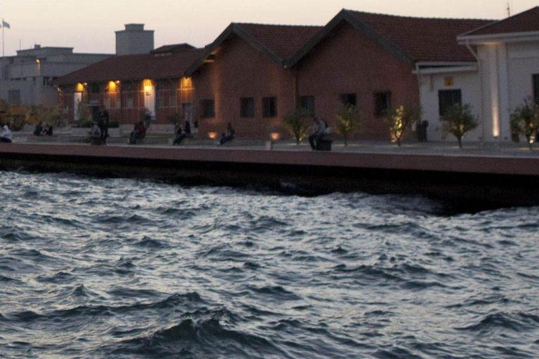 Θεσσαλονίκη: Αστυνομικοί έπεσαν στη θάλασσα και έσωσαν 23χρονη | Newsit.gr