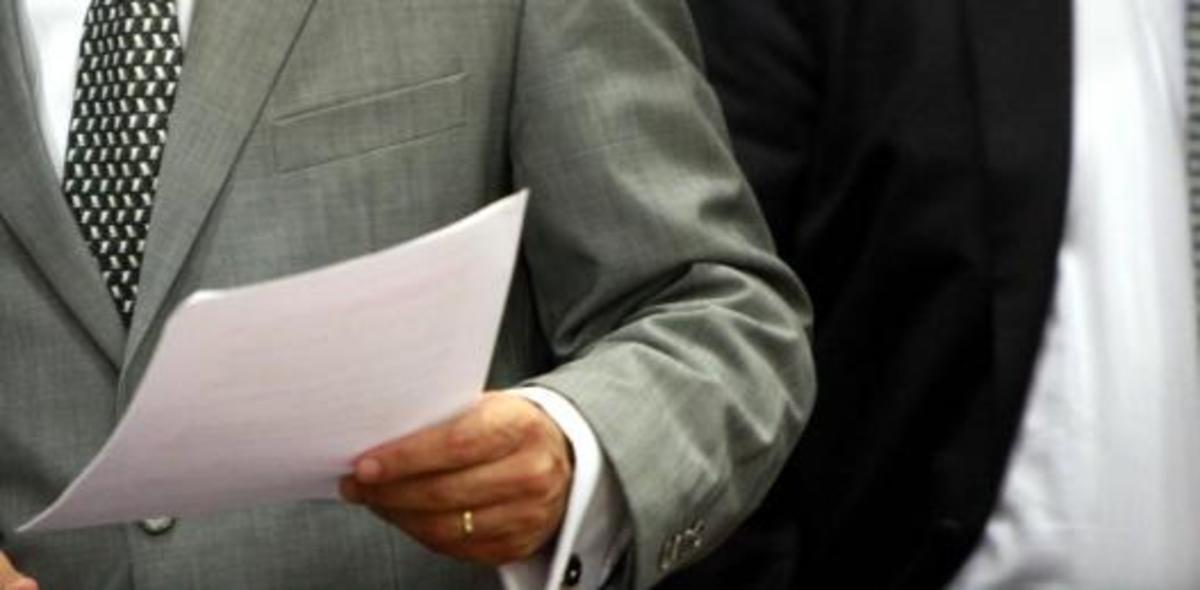 Τι κάνουν δυο αστυνομικοί από το Ηλεκτρονικό Έγκλημα στην επιτροπή της Βουλής; | Newsit.gr