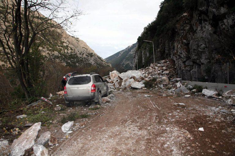 Αχαϊα: Τραυματίστηκε οδηγός από κατολίσθηση – Κλειστή η παλιά Ε.Ο. Πατρών-Κορίνθου! | Newsit.gr