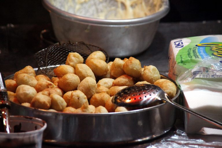 Μπουνιές στο δημαρχείο Τρικάλων για τους… λουκουμάδες | Newsit.gr