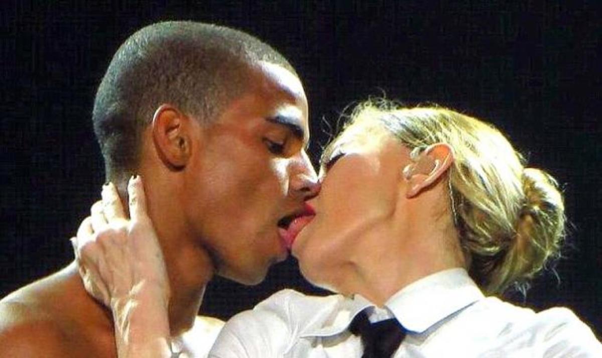 Madonna: Προκαλεί (ξανά) με τα καυτά φιλιά στον 25χρονο εραστή της στη σκηνή! | Newsit.gr
